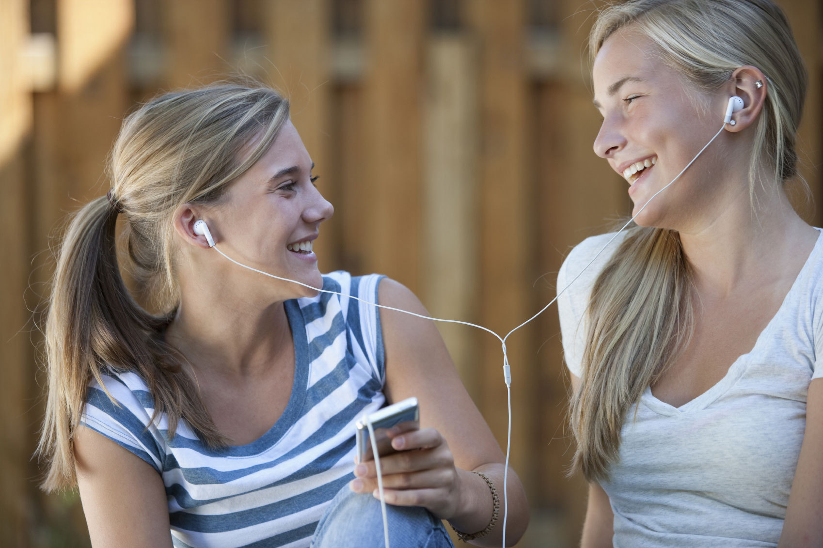 teens_sharing_ear_buds